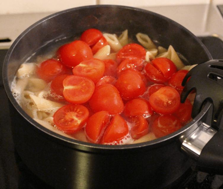 Pasta med kylling og Bretagnesaus - kok tomater
